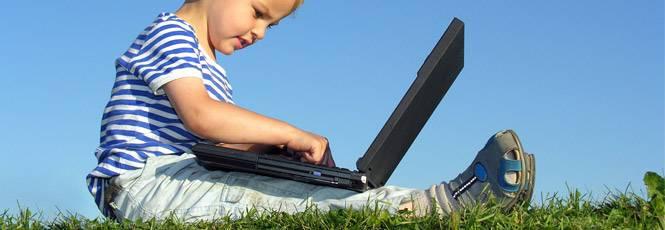 Criança usando internet no computador